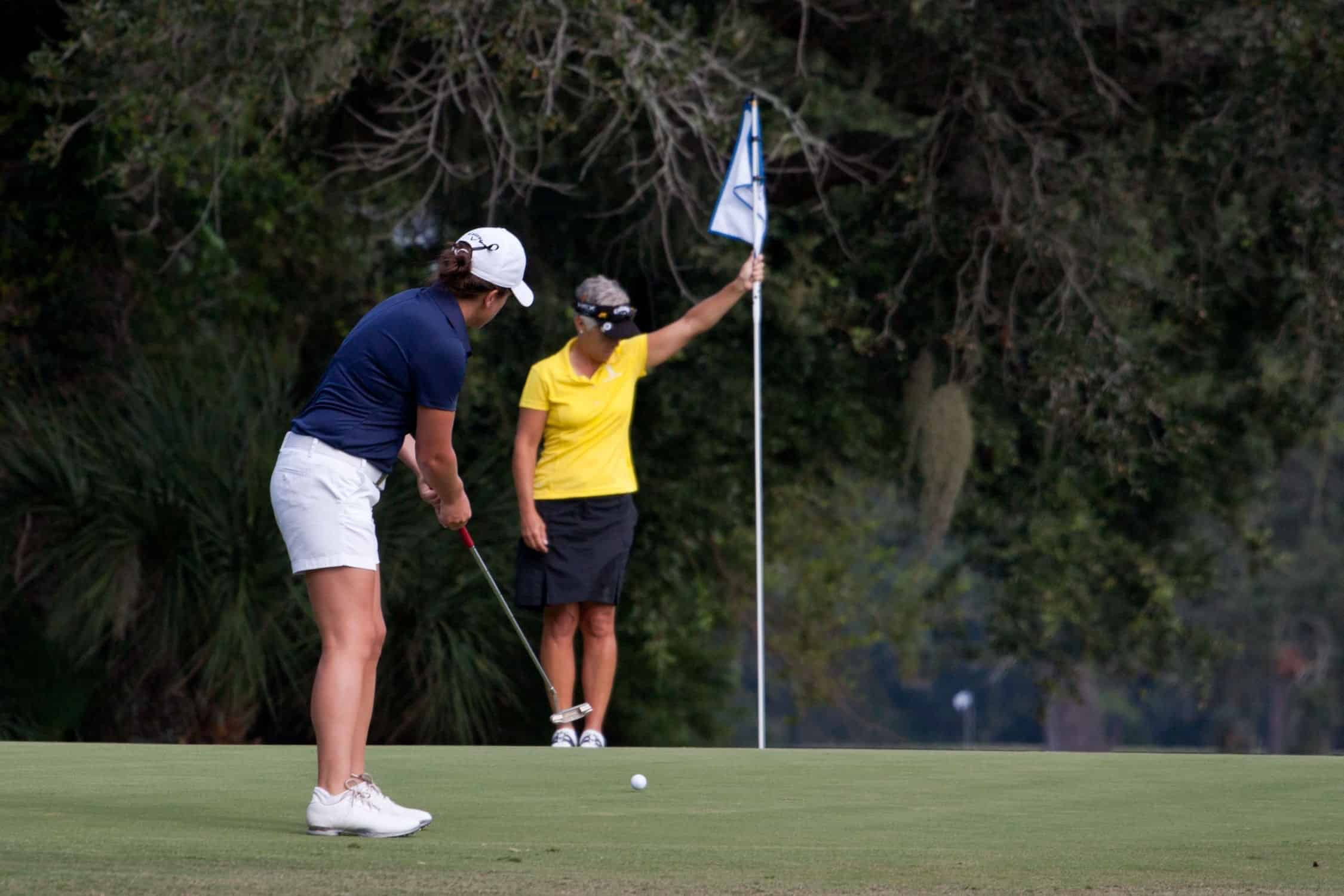 lady playing golf to illustrate mind management for golfers